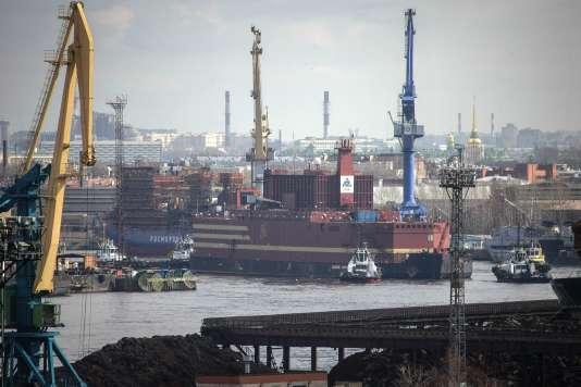 L'«Akademik Lomonosov», première centrale nucléaire flottante au monde, quitte le porte de Saint-Pétersboug, le 28 avril.