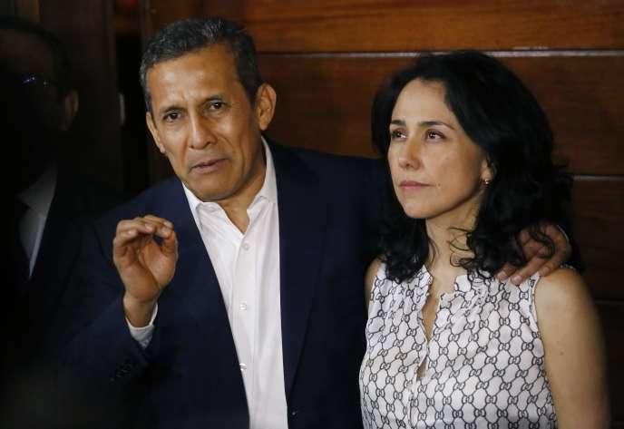 Ollanta Humala et sa femme Nadine Heredia, devant chez eux à Lima, lundi 30 avril au soir.