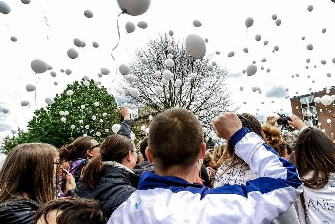 A Wambrechies (Nord), la marche blanche pour la jeune Angélique s'est achevée, le 1er mai, par un lâcher de ballons blancs.