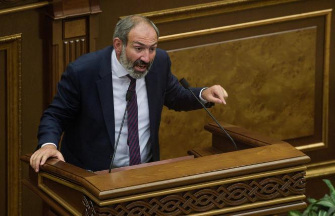 Nikol Pashinyan devant le Parlement arménien, le 1er mai.