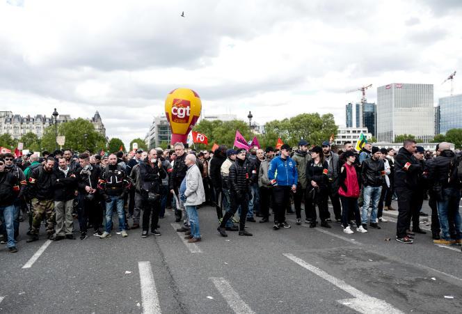 Le cortège syndical, bloqué sur le pont d'Austerlitz, mardi 1er mai.