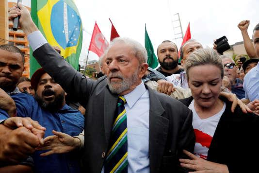 L'ancien président brésilien Luiz Inacio Lula da Silva vient témoigner devant les services fédéraux accompagné de Gleisi Hoffmann, sénatrice et présidente du Parti des travailleurs, le 10 mai 2017, à Curitiba, dans le sud du Brésil.