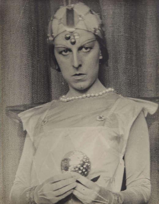 «Brouiller les cartes– masculin ou féminin? mais ça dépend des cas– neutre est le seul genre qui me convienne toujours», écrivait Claude Cahun. «Dès les années 1920, les autoportraits, radicaux et énigmatiques, de l'artiste et écrivaine remettent en question les identités, les rôles et les genres» .