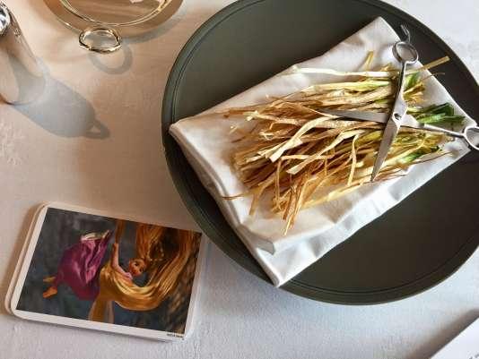 Des filaments de poireaux frits en guise de cheveux de Raiponce.