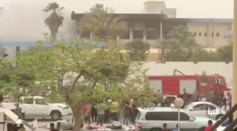Le siège de la Haute Commission électorale libyenne, à Tripoli, a été la cible d'une attaque le 2 mai, comme le montre cette imagede la chaîne Al-Nabaa.