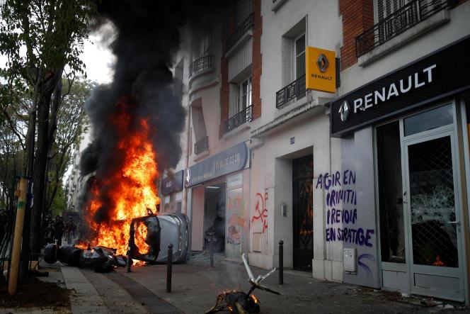 Une voiture en feu lors d'affrontements entre manifestants et forces de l'ordre, en marge du défilé du 1er-Mai, à Paris.