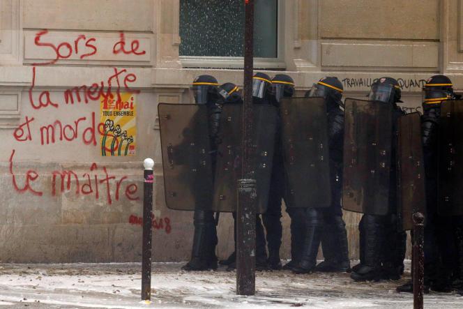 Des CRS tiennent la rue, à Paris, le 1er mai.