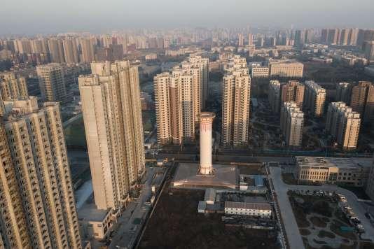 Vue aérienne montrant un tour d'épuration de l'air dans la ville de Xian, en Chine, le 13 février.