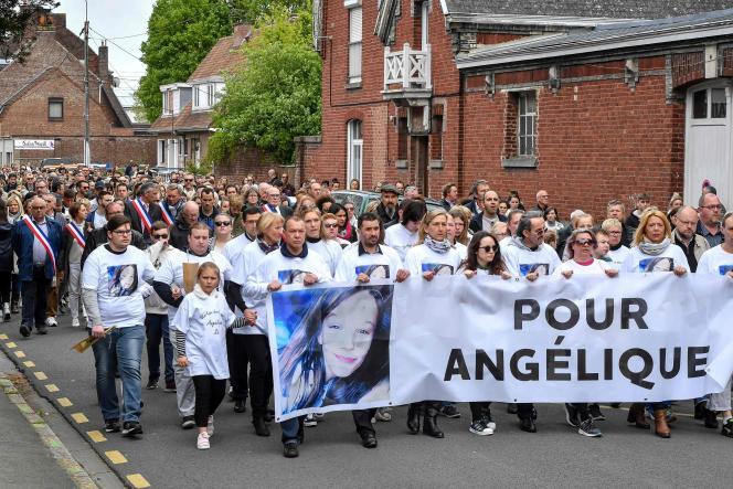 Des centaines d'habitants de Wambrechies ont défilé derrière les parents et la sœur de l'adolescente assassinée, dans les rues des cette petite ville de l'agglomération lilloise, le 1er mai.