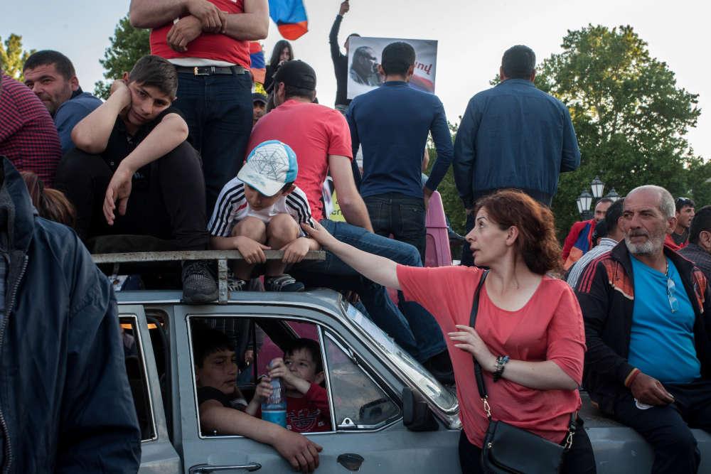 Des manifestants patientent sur la place de la République à Erevan. Ils attendent l'élection deNikol Pachinian, le 1er mai.