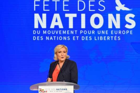 Marine Le Pen à la tribune, à Nice, le 1er mai.