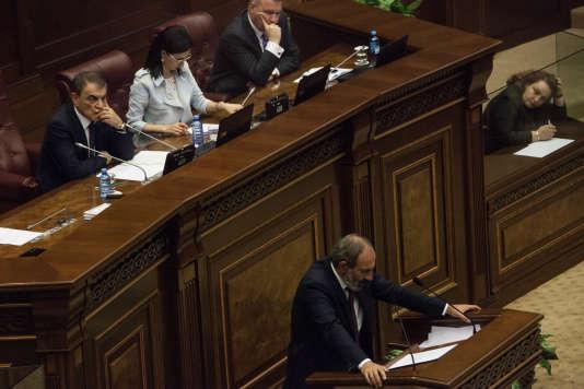 L'opposant Nikol Pachinian lors de son discours dans le parlement arménien avant les elections du premier ministre, le 1er mai.