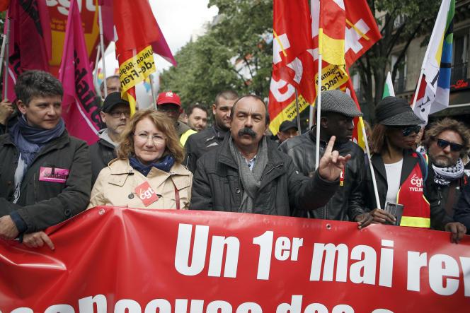 Le secrétaire général de la CGT, Philippe Martinez, au centre, prend part au défilé du 1er mai, à Paris.
