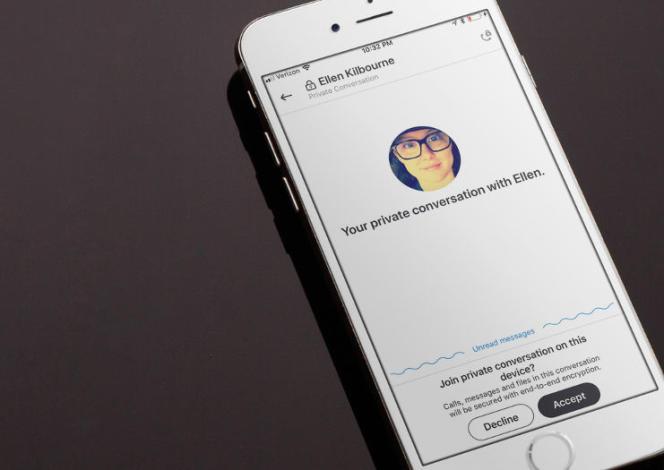 L'application Signal permet d'envoyer des messages textes, des photos, des vidéos, des enregistrements audio, et même de téléphoner de façon sécurisée.