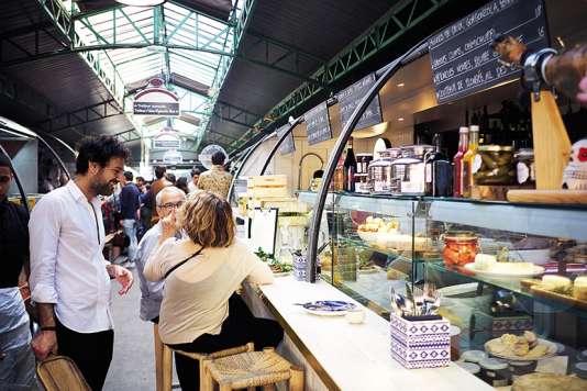 Au Enfants du Marché, au beau milieu dumarché des Enfants-Rouges, à Paris, la clientèle déguste les plats assisesur de hauts tabourets.