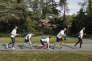 Les membres de Run Eco Team, en pleine séance de « plogging » dans le parc de Procé, à Nantes, en avril.