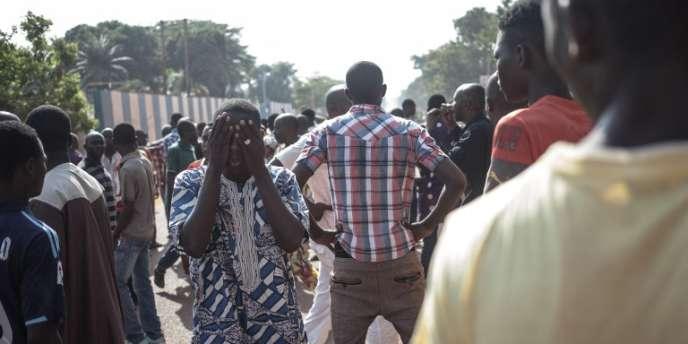 Des habitants du quartier PK5 manifestent devant le siège de la Minusca, à Bangui, le 11avril 2018.
