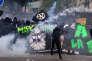 Des manifestants masqués affrontent les forces de l'ordre, à Paris, le 1er mai.
