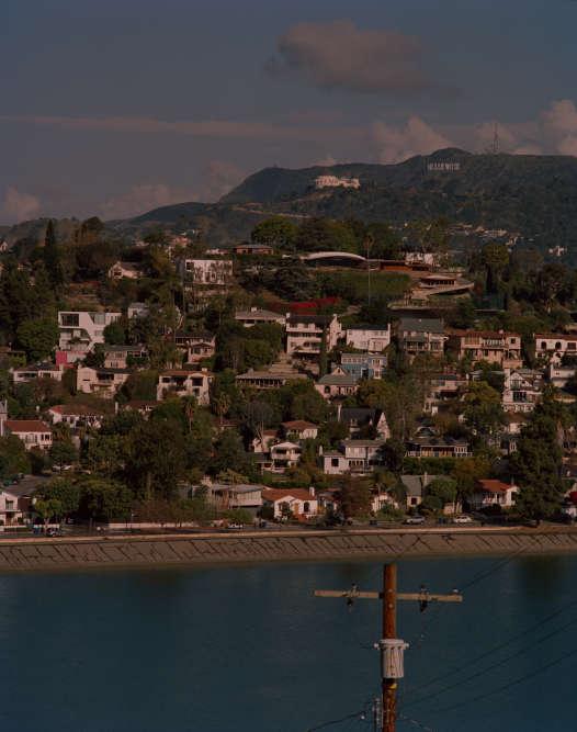 Vue de Silver Lake, ses réservoirs d'eau et Echo Park. Au loin, les célèbres lettres d'Hollywood à flanc de colline.