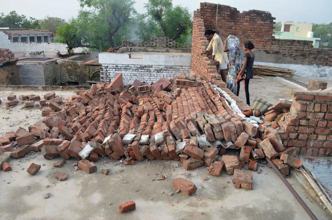 De nombreux dégâts sont recensés dans le district d'Agra, dans le nord de l'Uttar Pradesh, le 3 mai 2018.