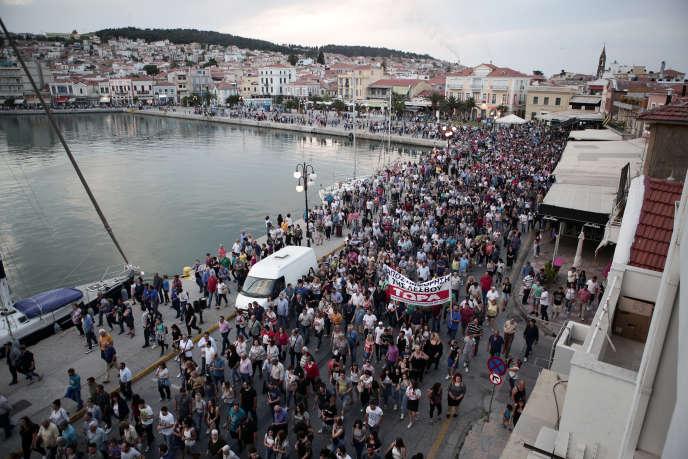De nombreux résidents ont manifesté lors du discours du permier ministre grec, la plupart d'entre eux venant du village de Moria, où est situé le camp le plus surpeuplé de l'île, demandant des mesures pour réduire la pression migratoire.