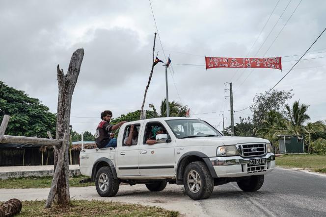 Banderole contre la visite d'Emmanuel Macron à l'entrée du territoire de la tribu Gossanah, à Ouvéa (Nouvelle-Calédonie), le 24 avril.