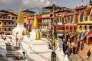 Les fidèles tournent autour du stupa de Bodnath dans le sens des aiguilles d'une montre.