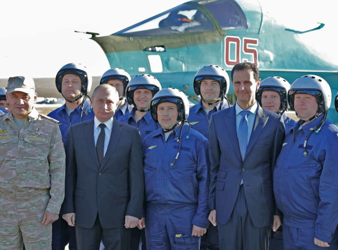 Vladimir Poutine, Bachar Al-Assad et des pilotes russes, sur la base militaire de Hmeimim (Syrie), en décembre 2017.