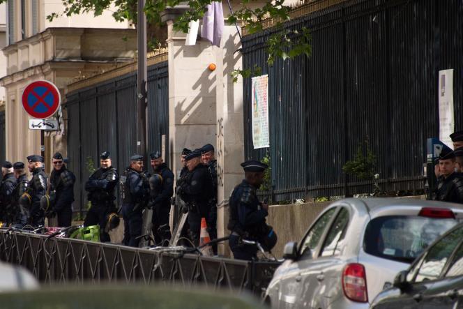 CRS devant l'entrée de l'Ecole normale supérieure de Paris, jeudi 3 mai.