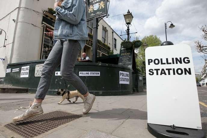 Devant l'Anglesea Arms, un pub transformé en bureau de vote, dans South Kensington, à Londres, le 3 mai.