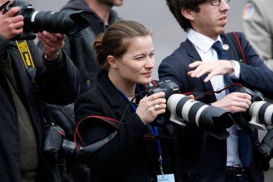 La photographe Soazig de la Moissonnière, avant l'arrivée d'Emmanuel Macron à l'Arc de triomphe, le 14 mai 2017.