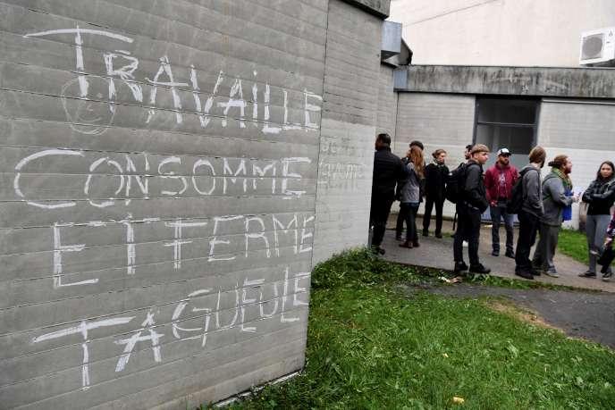 Une tentative de blocage des partiels à l'université Grenoble-Alpes, sur le campus deSaint-Martin-d'Hères, a été levée, jeudi 3 mai au matin, à l'arrivée des forces de l'ordre./ AFP PHOTO / JEAN-PIERRE CLATOT