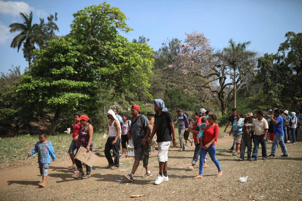 Des participants à la caravane« Viacrucis » arrivent dans un centre sportif, à Matias Romero, dans l'Etat de Oaxaca, au Mexique, le 2 avril.Partie le 25 mars de la frontière avec le Guatemala, la caravane campe à Matias Romero pour plusieurs jours, suite à des problèmes logistiques, dûs à la présence en nombre d'enfants et la peur des maladies.