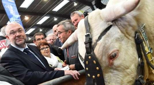 Stephane Travert (à gauche), le ministre de l'agriculture, au Salon de l'agriculture, à Paris, le 12 septembre 2017.