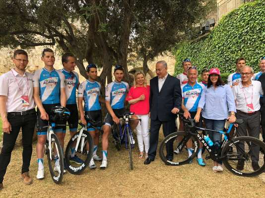 Le premier ministre israélien Benyamin Nétanyahou, vendredi 4 mai, aux côtés des coureurs et des propriétaires de l'équipe.
