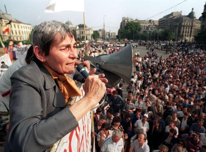 Doina Cornea devant quelque 3000personnes, le 23mai 1990, place de l'Université, à Bucarest.