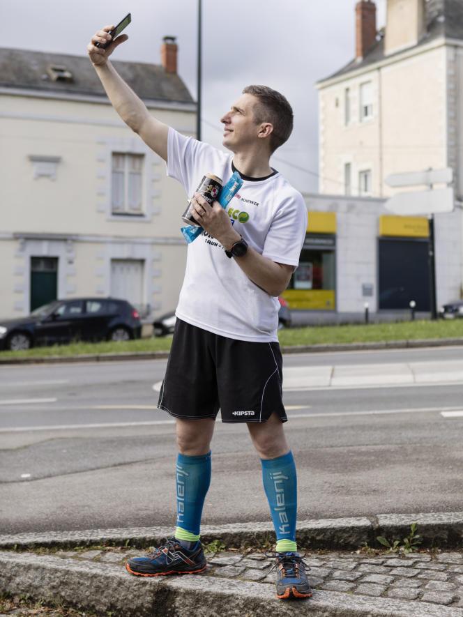 Un membre de la Run Eco Team à Nantes. Créée par Nicolas Lemonnier en 2016, l'association promeut le «plogging» soit le ramassage des détritus le long de parcours de course à pied.
