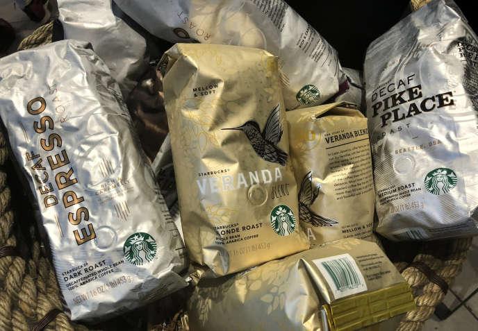 Des paquets de café Starbucks en vente dans un coffee shop de la chaîne à New York, le 4 mai 2018.