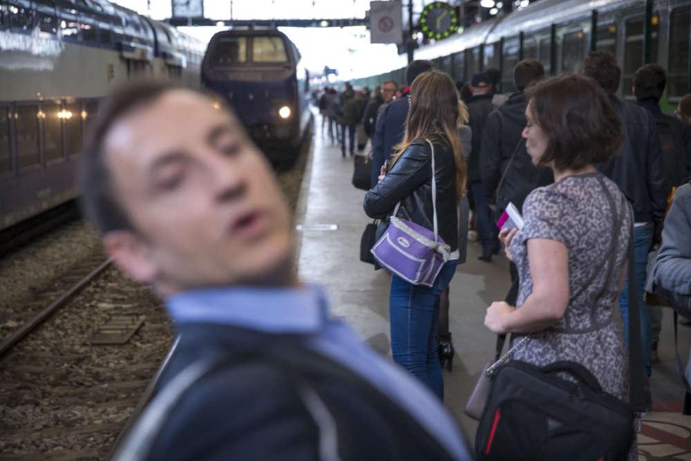 Jean-Baptiste, qui attend son train en gare de Saint-Lazare, regrette que la région Normandie, pourtant si proche de Paris, «s'en éloigne comparé àtoutes les grandes métropoles ».