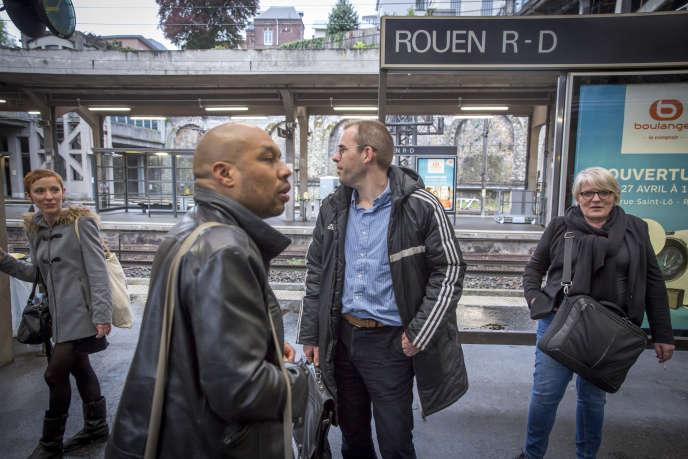 Alors que leur train était prévu au départ de Paris à 17 h 23, ces membres de l'association Usagers-SNCF LeHavre-Rouen-Paris sont arrivés à Rouen vers 20 h 30, mercredi 2mai 2018.