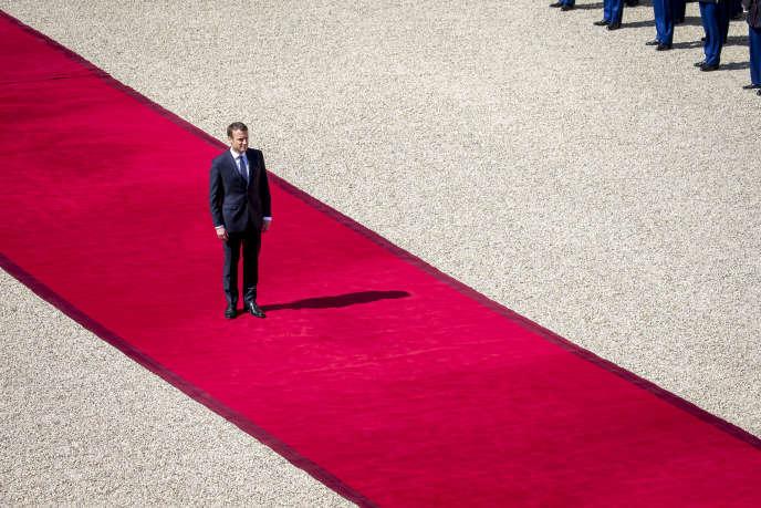 Passation des pouvoirs entre François Hollande et Emmanuel Macron, à l'Elysée, dimanche 14 mai 2017.