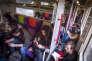 Mercredi 2 mai, voyage en train entre Paris et Rouen, de nombreux passagers voyagent assis dans les couloirs, car certains trains ont été annulés, alors qu'il ne s'agit pas d'un jour de grève.