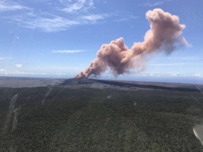 Des cendres rouges s'échappent du cratère Puu Oo du volcan Kilauea, à Hawaï, le 3mai.