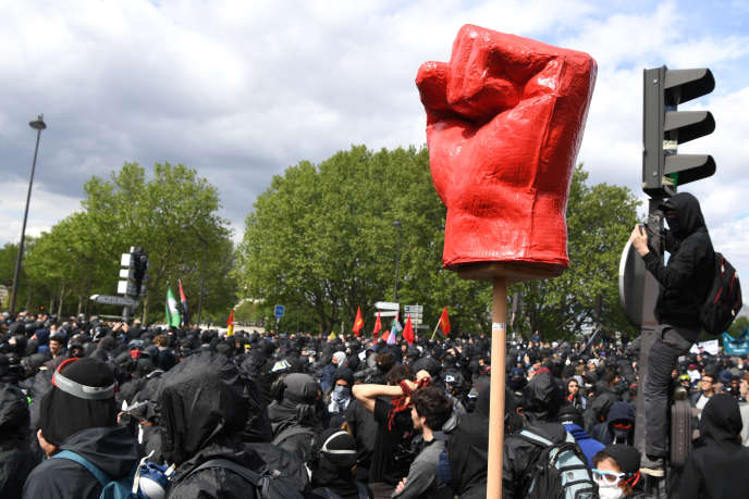 Le « cortège de tête», qui défilaitdevant le carré syndical traditionnel, mardi 1er mai 2018 à Paris, a réuni 14500 personnes, selon la police.