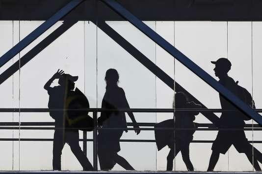 Des Vénézuéliens quittent leur pays pour embaquer à bord d'un avion à destination de Boa Vista, au Brésil, le 4 mai.