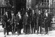 Photo prise entre 1914 et 1919. Ramanujan, au centre, en compagnie de ses collègues du Trinity College. Hardy est le premier à droite.