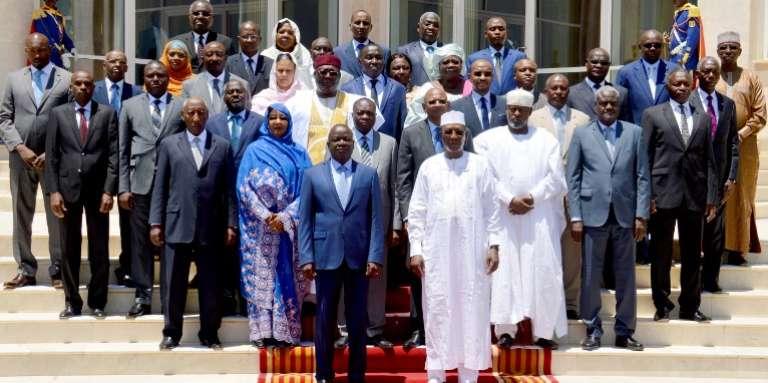 Le président tchadien, Idriss Déby (en blanc, au premier plan), avec les membres du gouvernement, à N'Djamena, le 16août 2016.