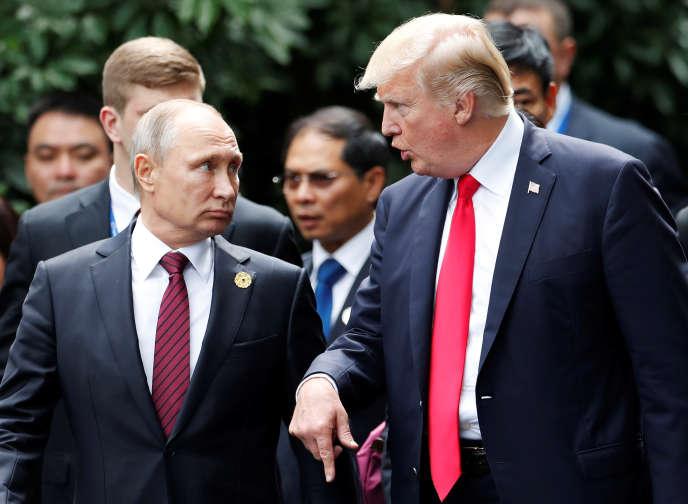 Les présidents russe, Vladimir Poutine, et américain, Donald Trump, lors du sommet de l'APEC à Danang au Vietnam, le 11 novembre 2017.