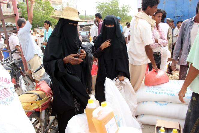 Lors d'une distribution d'aide humanitaire, à Hajjah (Yémen), le 29 avril.