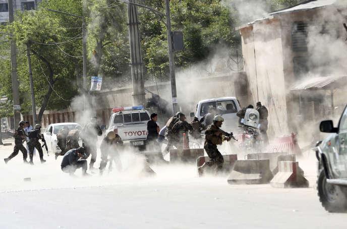 Les forces de sécurité interviennent après une attaque-suicide à Kaboul, le 30avril.